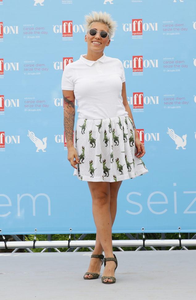 Eine der wenigen, die denDino-Trend bereitsentdeckt haben: Die italienische Sängerin Malika Ayane trägt einen modischen Minirockmit Dino-Print. Copyright: Stefania D'Alessandro/ Getty Images